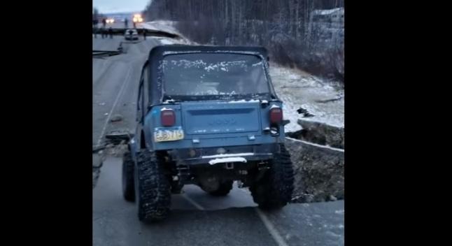 Jeep CJ-7-მა ალასკაში მიწისძვრის შედეგად ჩანგრეული გზის მონაკვეთი უპრობლემოდ გადაკვეთა